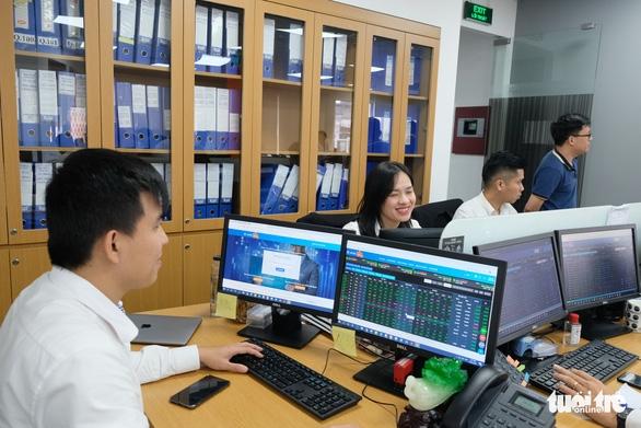 Hơn 29.200 tỉ đồng đổ vào mua bán cổ phiếu, lập kỉ lục mọi thời đại - Ảnh 1.