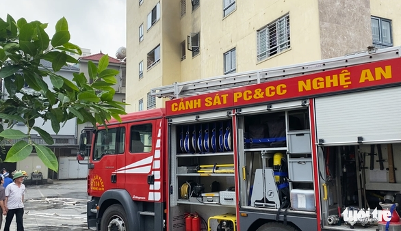 Cháy căn hộ chung cư, phụ huynh hốt hoảng ôm con bỏ chạy - Ảnh 2.