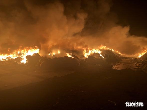 Cháy dữ dội tại bãi vải phế liệu rộng 3.000m2, cột khói cao cả trăm mét - Ảnh 1.