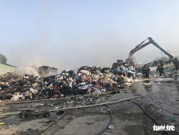 Cháy dữ dội tại bãi vải phế liệu rộng 3.000m2, cột khói cao cả trăm mét - Ảnh 2.