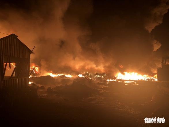 Cháy dữ dội tại bãi vải phế liệu rộng 3.000m2, cột khói cao cả trăm mét - Ảnh 3.