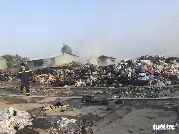 Cháy dữ dội tại bãi vải phế liệu rộng 3.000m2, cột khói cao cả trăm mét - Ảnh 6.