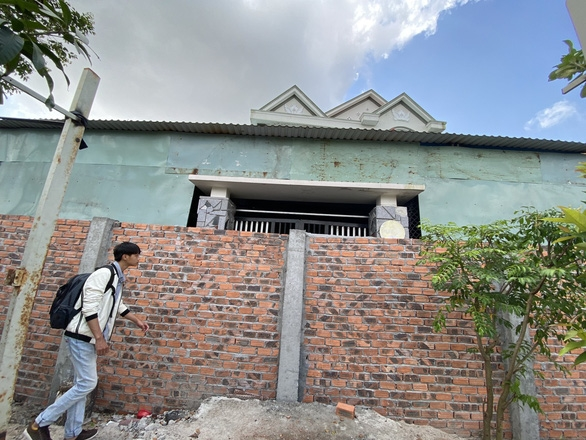 Xây tường rào chắn ngang cổng nhà hàng xóm: Có thể nhờ tòa giải quyết - Ảnh 1.