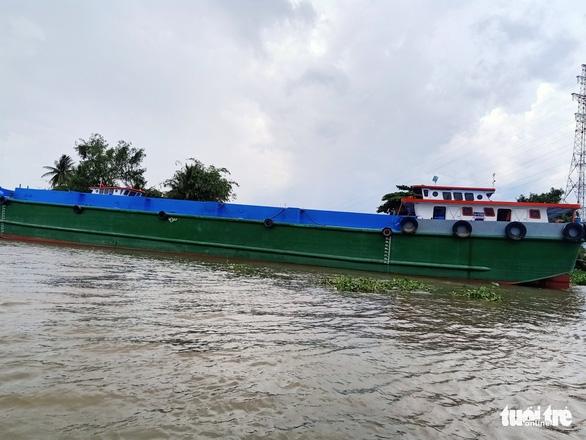 Sau va chạm với 2 sà lan khác, sà lan chở 140 tấn xi măng chìm trên sông Tiền - Ảnh 1.