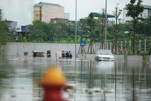 Chiều nay 28-4, Hà Nội có mưa dông, đề phòng mưa đá và gió giật mạnh - Ảnh 1.