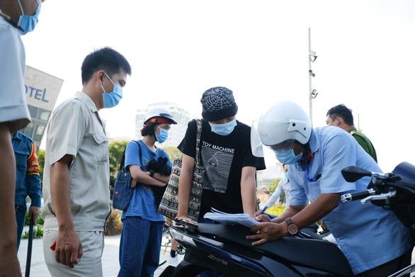 Đà Nẵng xử phạt nhiều người không mang khẩu trang nơi công cộng - Ảnh 1.