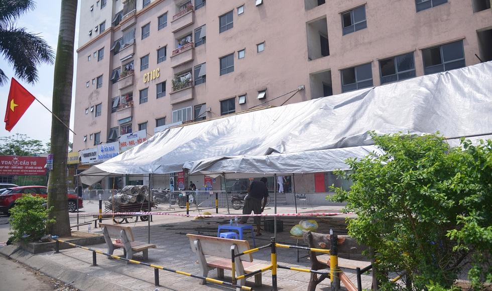 Hà Nội phong tỏa chung cư hơn 1.500 dân liên quan ca nhiễm COVID-19 mới - Ảnh 4.