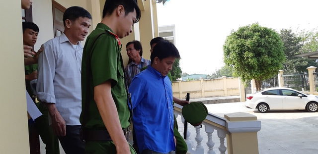 Hoãn xử vụ sà lan tông sập cầu Ghềnh vì vắng giám định viên - Ảnh 1.
