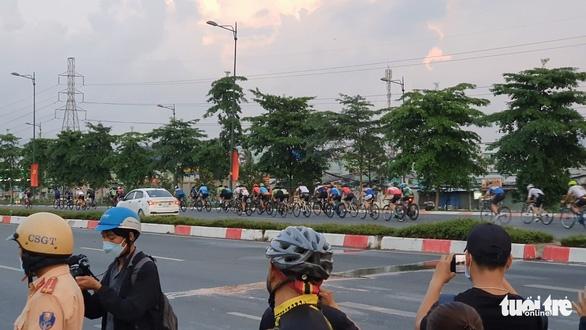 CSGT đau đầu khi người lái xe đạp đi vào đường cấm vác xe bỏ chạy - Ảnh 4.