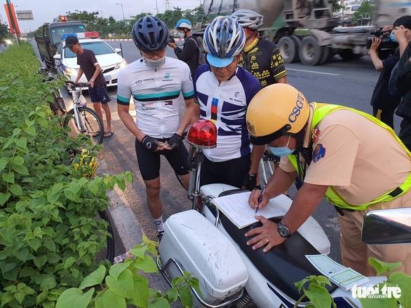 CSGT đau đầu khi người lái xe đạp đi vào đường cấm vác xe bỏ chạy - Ảnh 5.