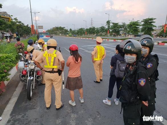 CSGT đau đầu khi người lái xe đạp đi vào đường cấm vác xe bỏ chạy - Ảnh 6.
