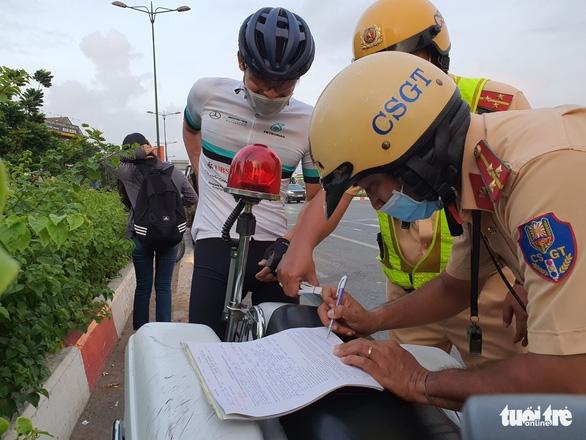 CSGT đau đầu khi người lái xe đạp đi vào đường cấm vác xe bỏ chạy - Ảnh 7.
