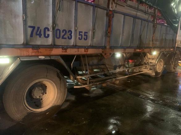 Xe tải tông xe máy, 1 người chết tại chỗ, 1 người dính vào hông xe tải chạy 20km mới biết còn sống - Ảnh 1.