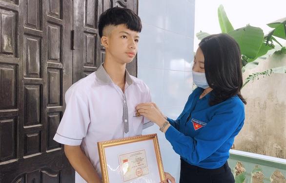 Trao Huy hiệu Tuổi trẻ dũng cảm cho học sinh cứu 2 em nhỏ trên sông Gianh - Ảnh 1.