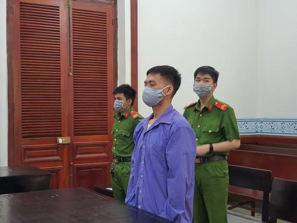 Đâm chết cha nuôi vì đi khách sạn với vợ, người đàn ông lãnh 18 năm tù - Ảnh 1.