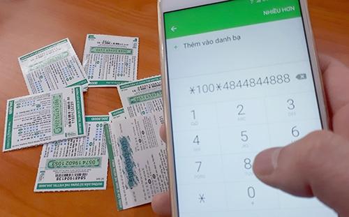28/2 là ngày cuối cùng các nhà mạng khuyến mãi 50% thẻ nạp nên nhiều người đã mua cả chục thẻ cào để nạp tiền. Ảnh: Phương Sơn