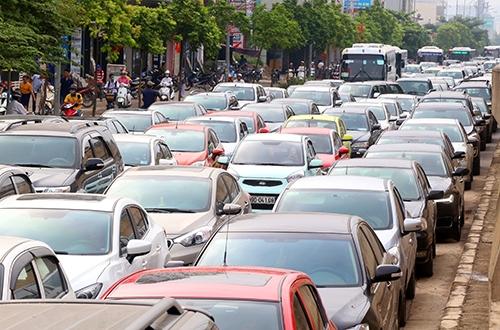 Từ 1/3, khi mua bán ôtô, xe máy ở Hà Nội, TP HCM sẽ bắt đầu thí điểm nộp thuế trước bạ qua mạng. Ảnh minh họa: Phương Sơn