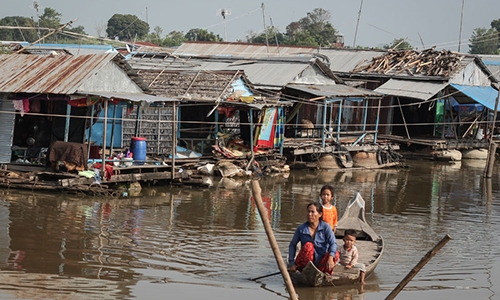 [Caption]Nguyen Thi Nguyen, an ethnic Vietnamese woman living in Kompong Chhnang Citys Kandal village, prepares to dock her boat on the shore of the Tonle Sap river last week. (Chris Mueller/The Cambodia Daily)