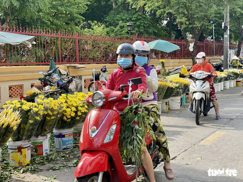 Giá hoa tăng gấp đôi trong ngày Tết Đoan Ngọ ở Sài Gòn - Ảnh 3.
