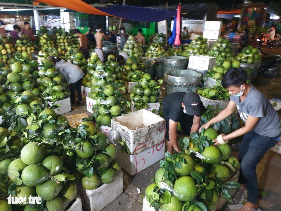Giá hoa tăng gấp đôi trong ngày Tết Đoan Ngọ ở Sài Gòn - Ảnh 4.