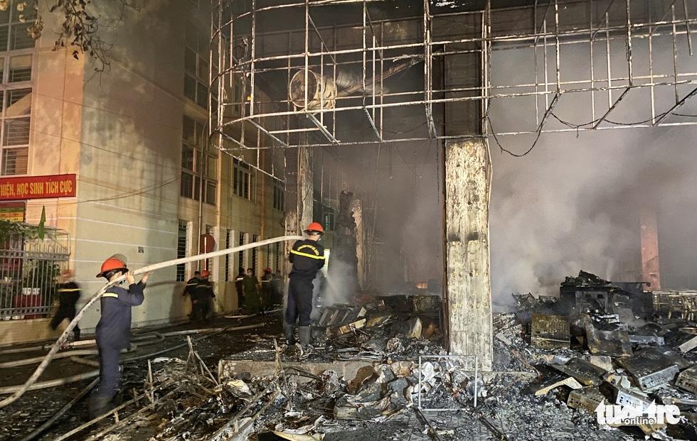 Dân đang xem Euro nghe tiếng nổ, phòng trà lớn cháy dữ dội, phát hiện 6 người chết ở tầng 2 - Ảnh 1.