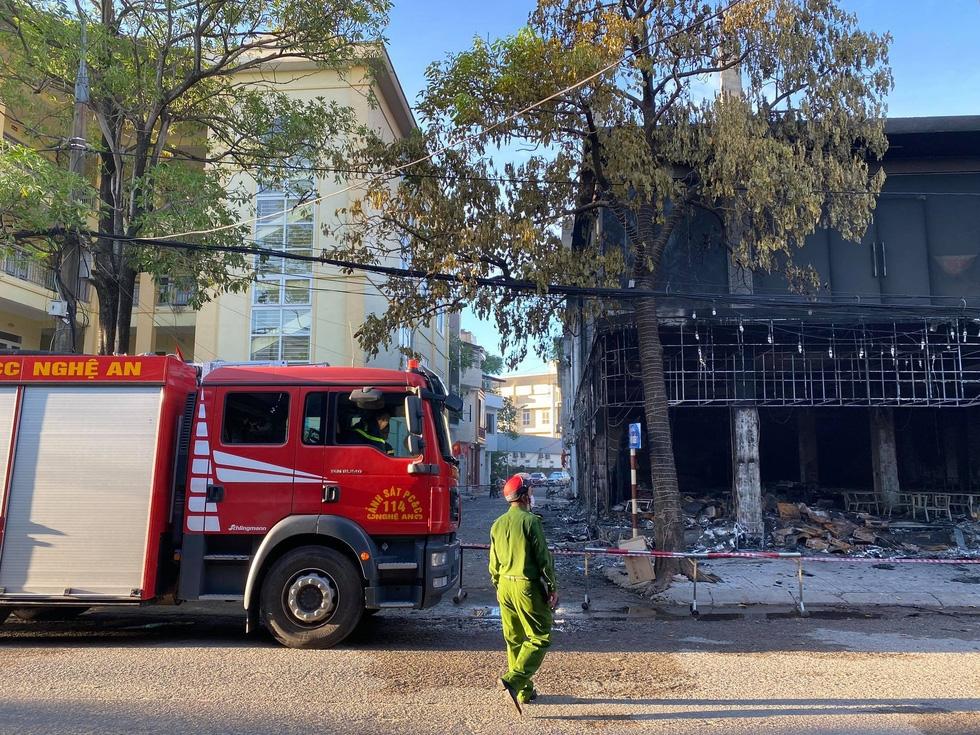 Dân đang xem Euro nghe tiếng nổ, phòng trà lớn cháy dữ dội, phát hiện 6 người chết ở tầng 2 - Ảnh 2.