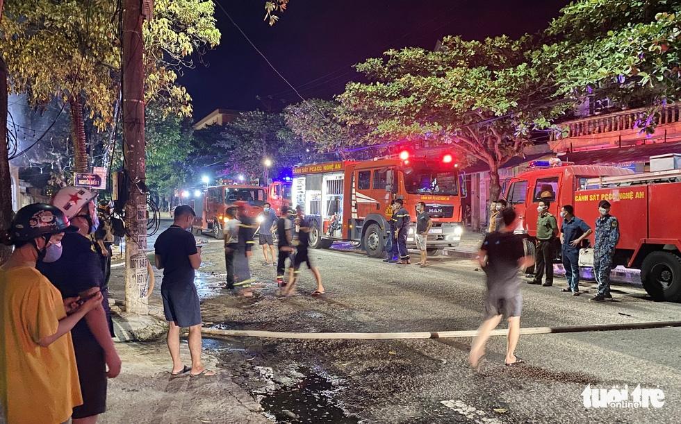 Dân đang xem Euro nghe tiếng nổ, phòng trà lớn cháy dữ dội, phát hiện 6 người chết ở tầng 2 - Ảnh 6.