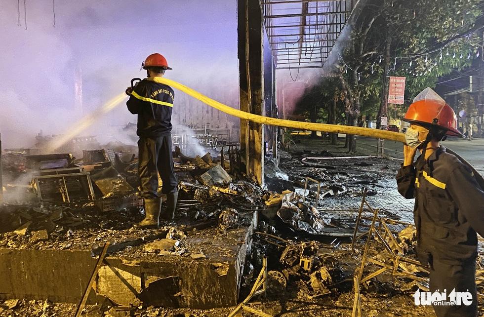Dân đang xem Euro nghe tiếng nổ, phòng trà lớn cháy dữ dội, phát hiện 6 người chết ở tầng 2 - Ảnh 7.
