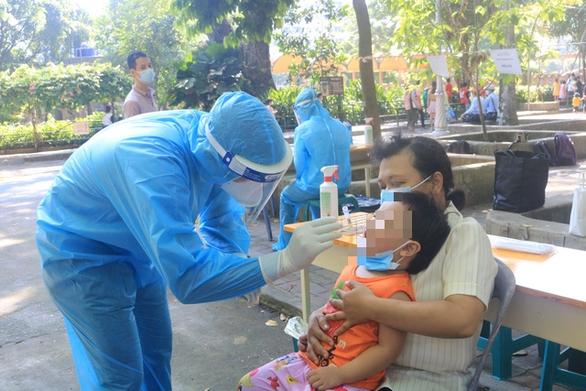 Người bán cà phê trước cổng Bệnh viện Nhi đồng 1 và 2 người nhà mắc COVID-19 - Ảnh 1.