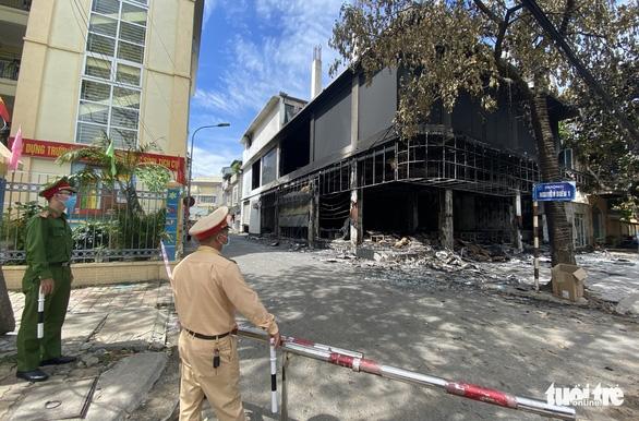 Vụ cháy phòng trà 6 người tử vong: Nhà hai mặt tiền nhưng không lối thoát hiểm? - Ảnh 1.