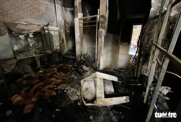 Vụ cháy phòng trà 6 người tử vong: Nhà hai mặt tiền nhưng không lối thoát hiểm? - Ảnh 2.