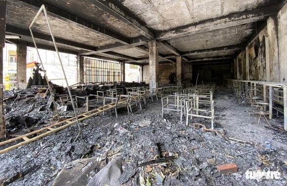 Vụ cháy phòng trà 6 người tử vong: Nhà hai mặt tiền nhưng không lối thoát hiểm? - Ảnh 8.