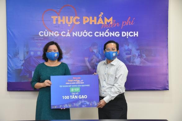 Van Phuc Group ủng hộ 100 tấn gạo, 2.000 bộ quần áo bảo hộ chống dịch - Ảnh 1.