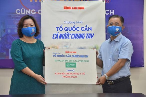 Van Phuc Group ủng hộ 100 tấn gạo, 2.000 bộ quần áo bảo hộ chống dịch - Ảnh 2.