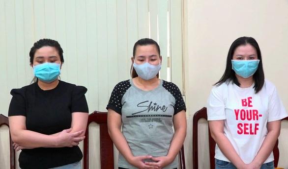 Bắt 3 nữ quái mở phòng công chứng giả lừa đảo chiếm đoạt tiền của người mua đất - Ảnh 1.