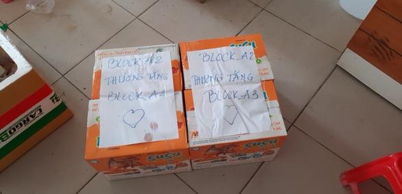 Bà con chung cư Ehome 3 ở Bình Tân tự lập đội chuyển hàng cho lối xóm bị phong tỏa - Ảnh 3.