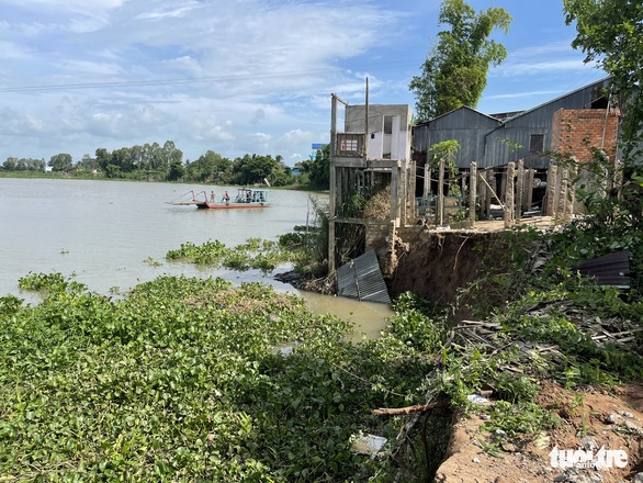 An Giang ban bố tình huống khẩn cấp sạt lở bờ sông Châu Đốc - Ảnh 1.