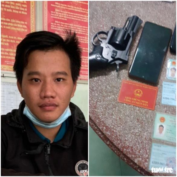 Bắt nghi phạm sử dụng giấy chứng minh công an giả có mang theo súng ngắn - Ảnh 1.