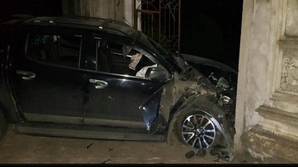Gây tai nạn làm 4 người bị thương, tông hỏng cổng đình rồi nằm ra bãi cỏ xem điện thoại - Ảnh 1.