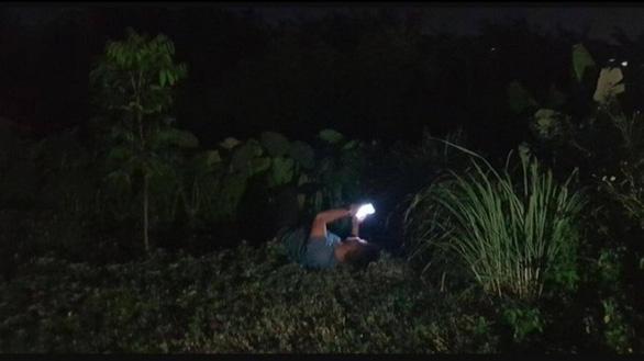 Gây tai nạn làm 4 người bị thương, tông hỏng cổng đình rồi nằm ra bãi cỏ xem điện thoại - Ảnh 2.