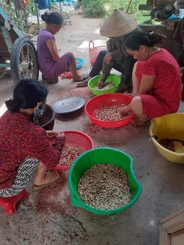 Bà con Quảng Trị, Quảng Bình gom bầu bí, gạo muối gửi Sài Gòn, người Sài Gòn cay khóe mắt - Ảnh 10.