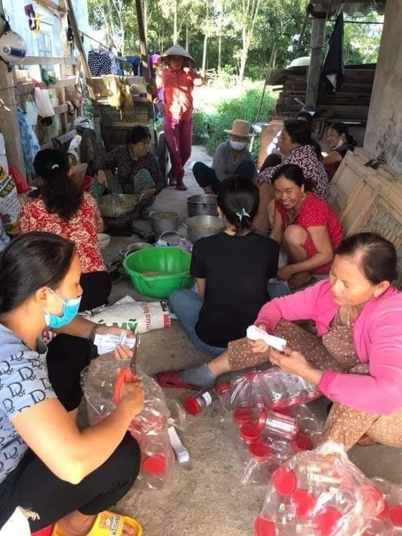 Bà con Quảng Trị, Quảng Bình gom bầu bí, gạo muối gửi Sài Gòn, người Sài Gòn cay khóe mắt - Ảnh 11.