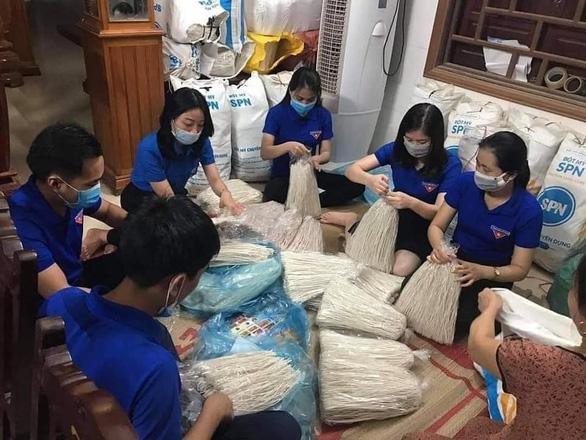 Bà con Quảng Trị, Quảng Bình gom bầu bí, gạo muối gửi Sài Gòn, người Sài Gòn cay khóe mắt - Ảnh 13.