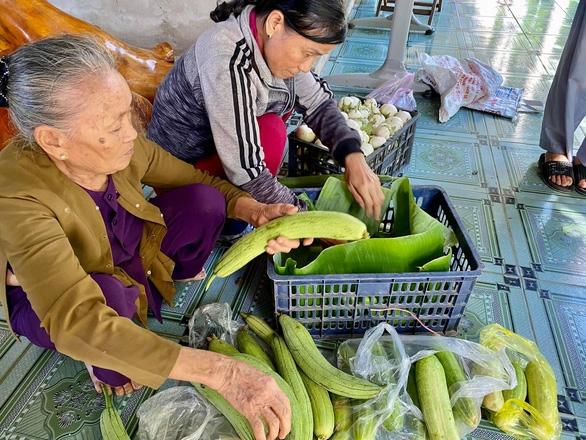 Bà con Quảng Trị, Quảng Bình gom bầu bí, gạo muối gửi Sài Gòn, người Sài Gòn cay khóe mắt - Ảnh 1.