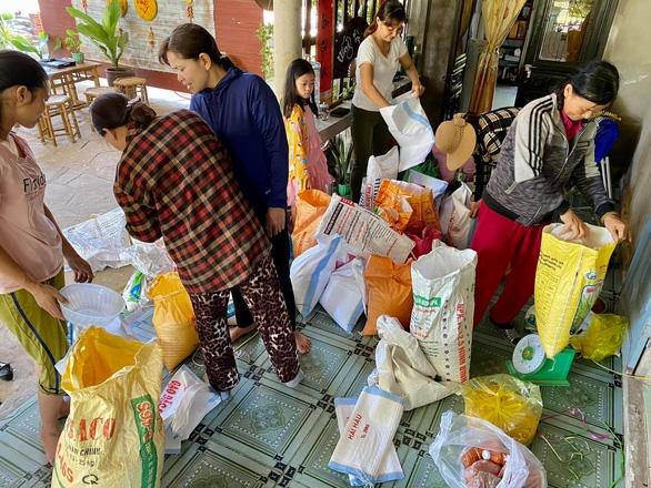 Bà con Quảng Trị, Quảng Bình gom bầu bí, gạo muối gửi Sài Gòn, người Sài Gòn cay khóe mắt - Ảnh 3.