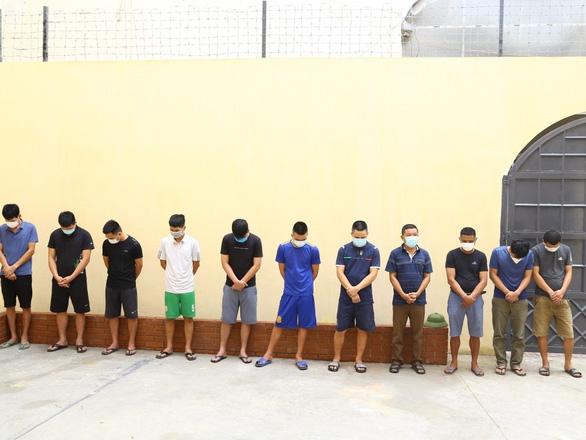 Bắt 11 nghi phạm trong đường dây cá cược bóng đá giải Euro - Ảnh 1.