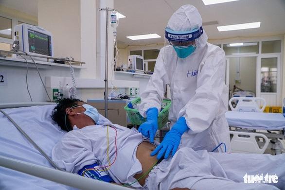 Phác đồ mới trị COVID-19: Có thể ra viện khi dương tính - Ảnh 1.