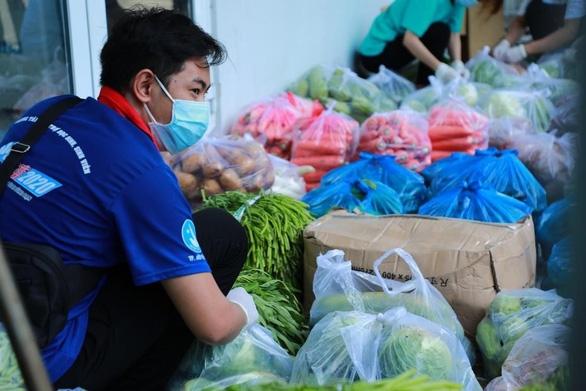 Hơn 7 tấn nhu yếu phẩm cho sinh viên Trường đại học Công nghiệp thực phẩm TP.HCM - Ảnh 1.