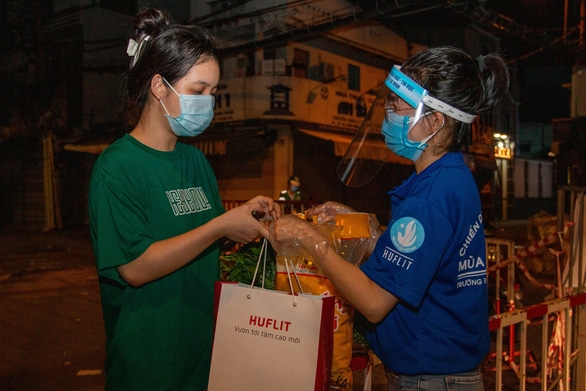 Hơn 7 tấn nhu yếu phẩm cho sinh viên Trường đại học Công nghiệp thực phẩm TP.HCM - Ảnh 2.