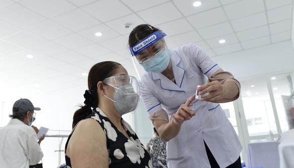 Người nghèo ở TP.HCM vui như tết vì được tiêm vắc xin - Ảnh 9.